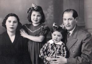 A jovem Anna Fuks com sua irmã mais nova, Clara, e os pais, Isaac e Esther, Em Curitiba dos anos 1940. O irmão mais novo, Moisés, ainda não havia nascido (Crédito: Álbum de família)