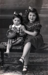 A futura professora Anna Fuks com sua irmã mais nova, Clara (Crédito: Álbum de família)